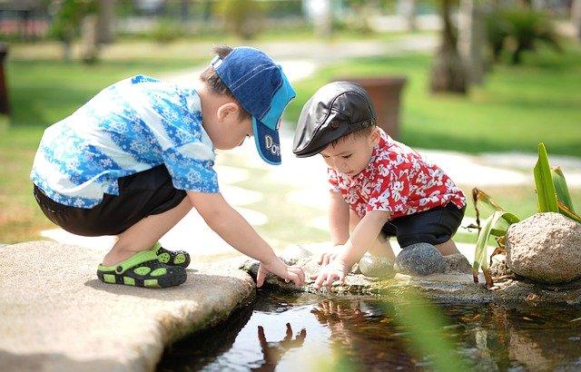kluci si hrají s vodou