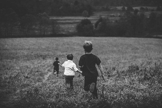 děti běží po louce